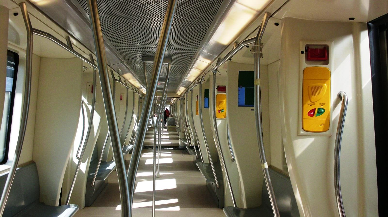 Interno treno Linea C – carrozze intercomunicanti